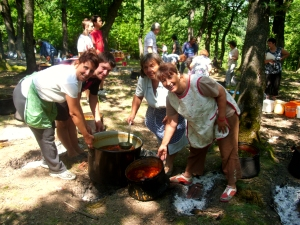 Лисец Станимир Агушев, Готвачи - Тотка Цолова(отзад), Иваничка, Габриела (отпред)