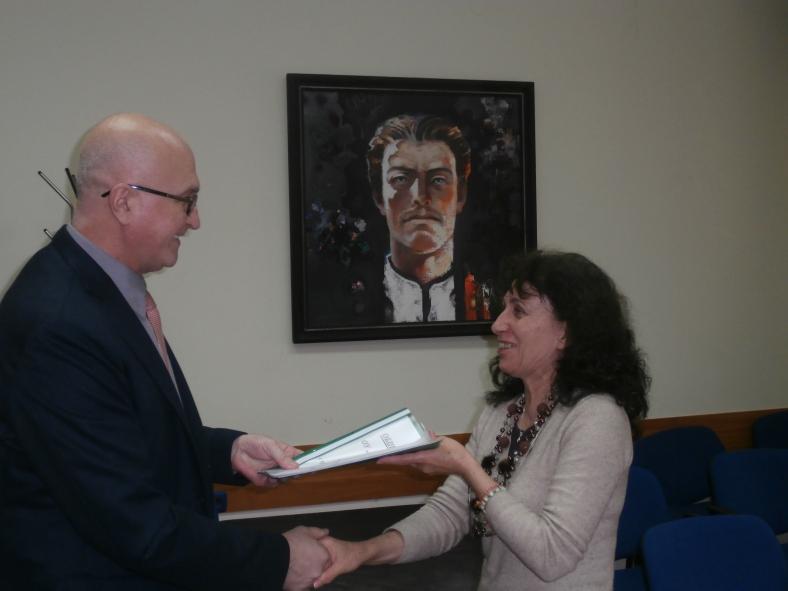 Зам-кметът връчва бюджета на ОУ Никифоров